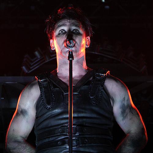 Ein Mann steht an einem Mikrofon und singt